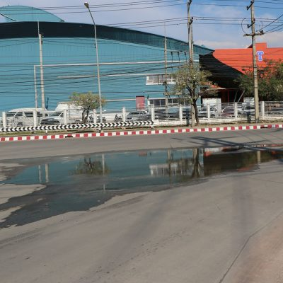 น้ำขังบนพื้นถนนคอนกรีต04