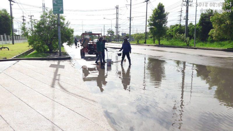 น้ำขังบนพื้นถนน